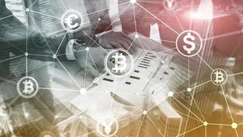 Doppelbelichtung Bitcoin- und Blockchain-Konzept. Digitale Wirtschaft und Devisenhandel. foto