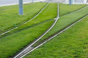 Schienen und Gleise, auf denen die elektrische Straßenbahn fährt foto