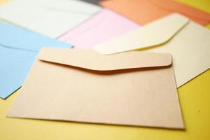 bunter Umschlag auf gelbem Hintergrund mit Textfreiraum foto