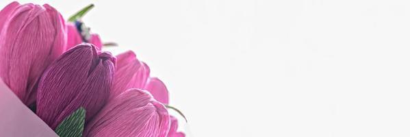 ein Blumenstrauß aus farbigem Wellpappe in Form von Tulpen foto