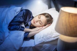 Schöne Frau schläft im Schlafzimmer foto