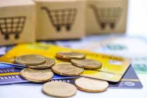 Kreditkartenmodell und Münzen mit Einkaufswagenbox, Finanzentwicklung, Buchhaltung, Statistik, investitionsanalytische Forschung Datenwirtschaft Bürogeschäft Unternehmen Banking foto