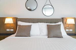 Kissen auf dem Bettdekorationsrauminnenraum foto