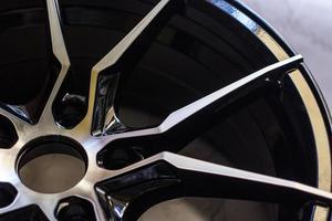 Luxus-Chrom-Leichtmetallrad in Nahaufnahme als Automobilhintergrund Nahaufnahme einer neuen Autofelge. foto