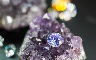 natürlicher lila Saphir-Edelstein, lila Amethyst-Edelsteinschmuck foto