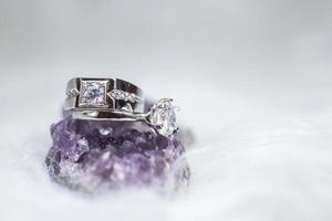 Nahaufnahme von Diamant-Verlobungsring. Liebe und Hochzeitskonzept. foto