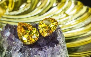 natürlicher gelber Saphir-Edelstein, schöner gelbgoldener Citrin-Edelstein einzeln auf schwarzem Hintergrund, als Schmuckhintergrund foto