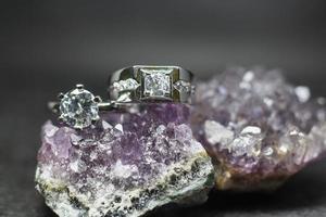 Nahaufnahme von Diamant-Verlobungsring. Liebes- und Hochzeitskonzept foto