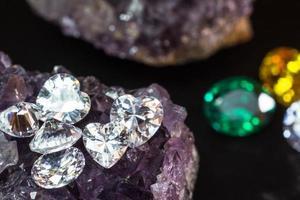 natürlicher Saphir-Edelstein, Juwel oder Edelsteine auf schwarzer Glanzfarbe, Sammlung vieler verschiedener natürlicher Edelsteine Amethyst foto