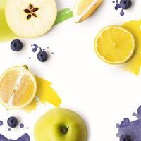 Zitrone, Apfel und Blaubeeren auf weißem Hintergrund mit Aquarellstrichen kreatives Layout mit Kopierraum foto