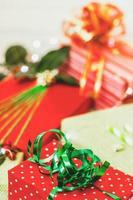 grüner und roter geschenkboxen weihnachtshintergrund foto