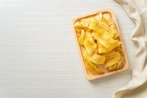 Bananenchips - gebratene oder gebackene Bananenscheiben foto