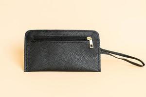 schwarze Lederhandtasche und schwarze Lederkartentasche foto