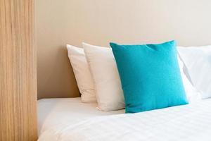 schöne und bequeme Kissendekoration auf dem Bett im Schlafzimmer foto
