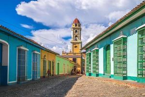 Blick auf die Straße und Glockenturm von Trinidad, Kuba foto
