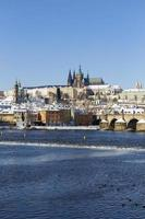verschneite Prager Kleinstadt mit Prager Burg, Tschechien foto
