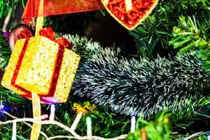 hängende Weihnachtsdekorationen an Tannenbaum foto