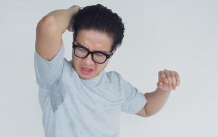 Foto eines asiatischen Mannes mit Achselgeruch