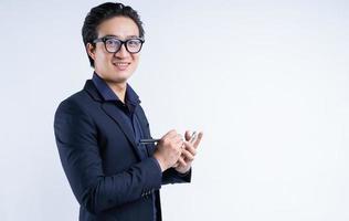 asiatisches Geschäftsmannporträt, das Notizen macht foto