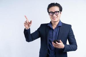 Porträt eines asiatischen Geschäftsmannes, der das Telefon benutzt foto