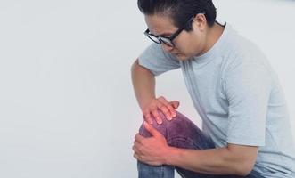 Foto von asiatischem Mann mit Knieschmerzen