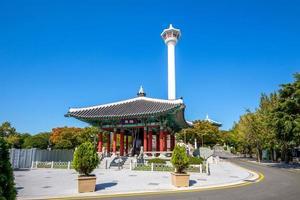 Yongdusan Park mit Glockenpavillon in Busan, Südkorea foto