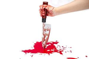 Messer blutig in der Hand der Dame auf weißem Hintergrund foto