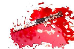 Cuttermesser blutig auf weißem Hintergrund foto