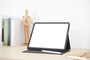 Designer mit Stylus-Stift mit leerer Bildschirmanzeige auf dem Arbeitsbereich. foto