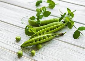 Schoten von grünen Erbsen foto