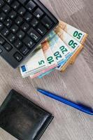 Computertastatur mit Euro-Banknoten foto