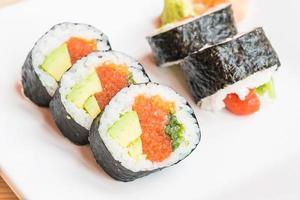 Sushi im weißen Teller foto