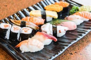Sushi im schwarzen Teller foto