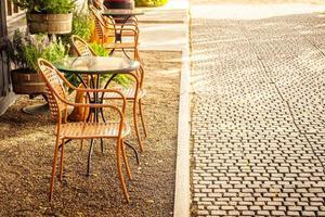 leerer Stuhl und Tisch um Café und Restaurant im Freien? foto