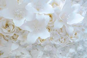 Papierblume, weiße Rosen aus Papier geschnitten, Hochzeitsdekorationen, gemischter Hochzeitsblumenhintergrund foto