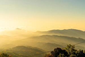 schöne bergschicht mit wolken und sonnenaufgang bei chiang mai in thailand foto