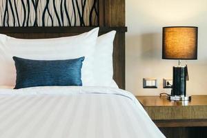 Kissen auf dem Bett foto
