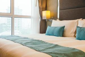 weißes Kissen auf dem Bett foto