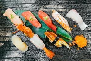 rohe und frische Lachs-Thunfisch-Garnelen und anderes Sushi foto