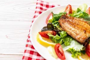 gegrilltes Schnapper-Fischsteak mit Gemüse foto