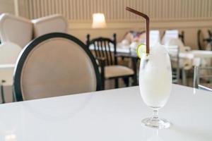 frisches Zitronen-Limetten-Smoothie-Glas im Café und Restaurant foto