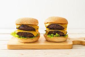 Hamburger oder Beef Burger mit Käse - ungesunde Ernährungsweise foto
