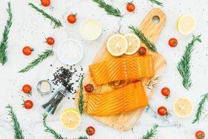 rohes und frisches Lachsfleischfilet auf Holzschneidebrett foto