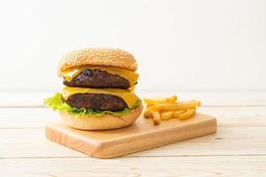 Hamburger oder Beef Burger mit Käse und Pommes Frites - ungesunde Essensart foto