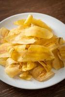 Bananenchips oder gebratene oder gebackene Bananenscheiben foto