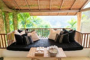 Kissen schmückt Sofa auf Balkonterrasse foto