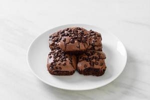 dunkle Schokoladenbrownies mit Schokostückchen oben drauf foto