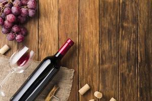 Rotweinflasche Trauben. hochwertiges schönes Fotokonzept foto