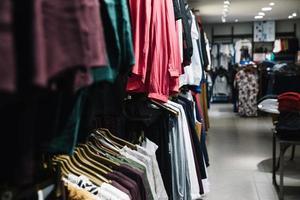 Reihen Kleiderbügel mit Kleidung. hochwertiges schönes Fotokonzept foto