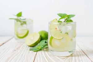 Iced Lime Soda mit Minze - erfrischendes Getränk foto
